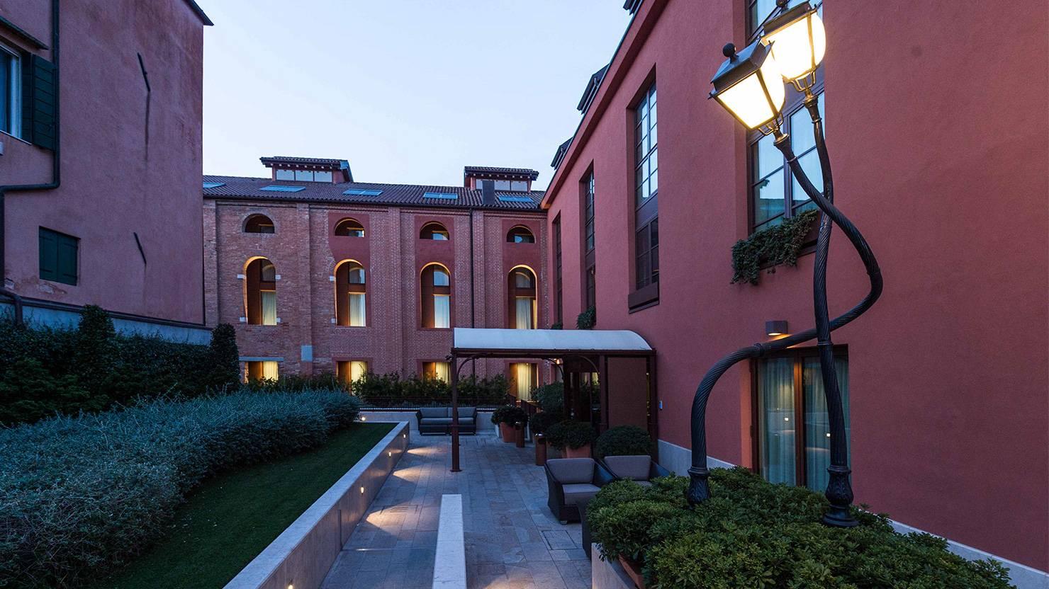 acciaio-zincato-serramenti-hotel-la-gare-seccosistemi-2_project_big